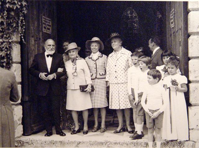 JG Mantel au mariage de son neveu Dominique Mantel en 1973 au bras de sa mere.jpg