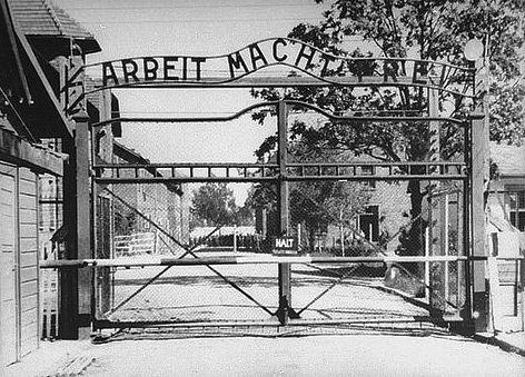 Auschwitz_gate_brama_1940s.jpg