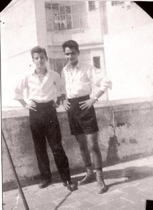 Raphy Cohen a gauche, a 17 ans et son ami au dessus des Amiel a la terrasse de notre immeuble ed.jpg