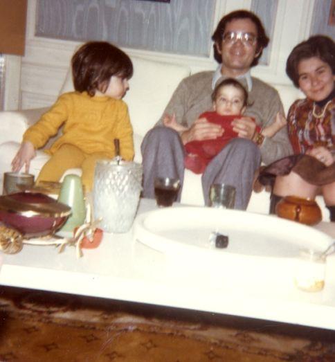 Isabelle, son oncle Elie , son petit frere Daniel et sa mere Arlette Levy Cohen.jpg