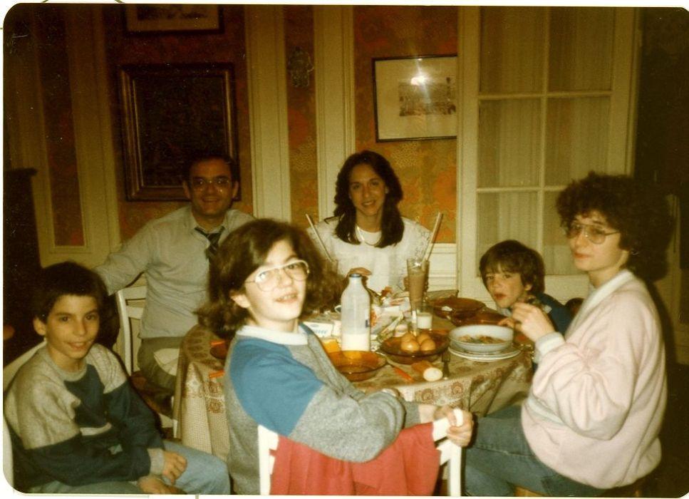 Les enfants a Raphy et ma famille a Paris en  mai 1985..jpg