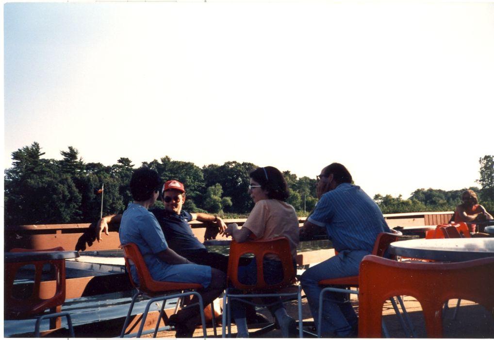 Raphy, Arlette, Isabelle Cohen et moi Elie portant casquette a 1000 iles , Ontario, Canada Aout 1985.jpg