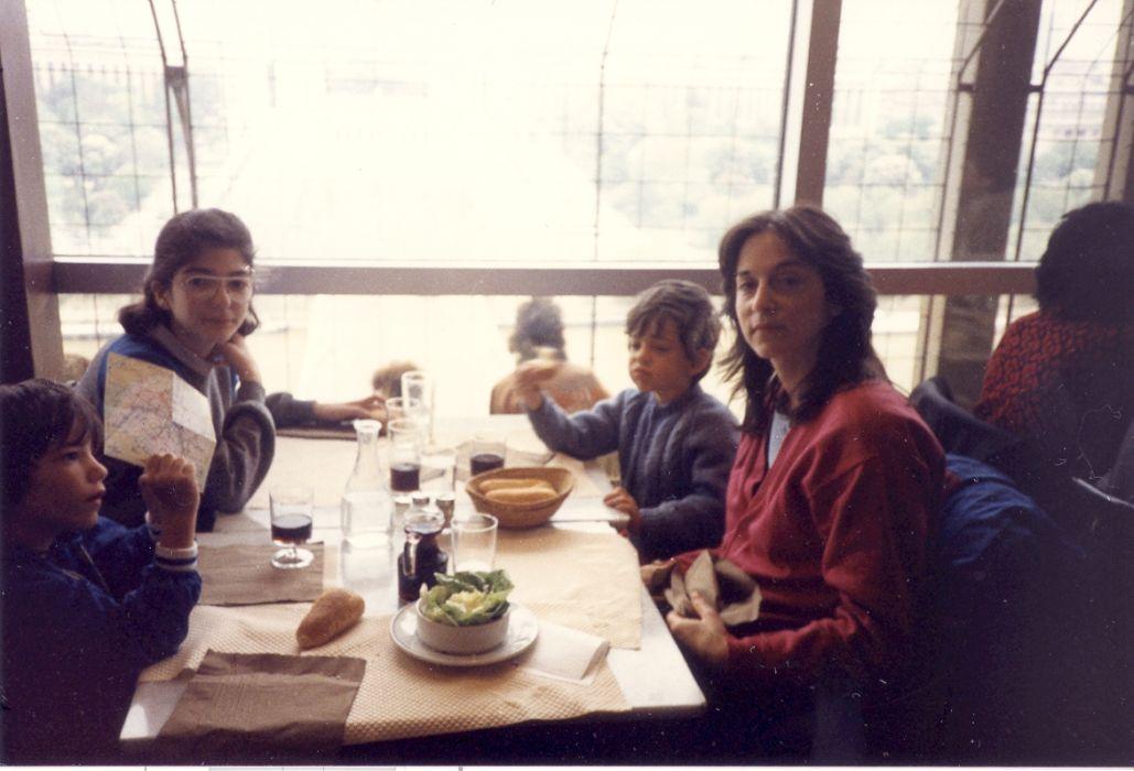 Isabelle la fille a Raphy avec mes enfants Stephen et David et ma Femme Sheila au Resto de la Tour Eiffel, Mai 1985.jpg