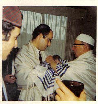 Raphy le jour de la Brit Mila de son fils Daniel a Paris, 1973.jpg