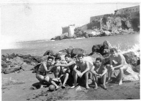 5.de G. a D. Jojo Benaroch,Judex Cohen, Mimi Benaroch, Raphael Cohen, Armand Amar et Charles Cohen a la plage de Sale 1957 env.jpg