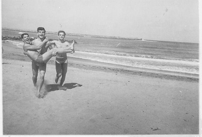 Judex tenant Mimi Benaroch dans ses bras et un ami a la plage de Sale.1.jpg