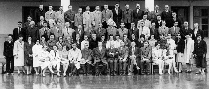 1962-63 derniere annee au lycee Gouraud avnt la nationalisationToute l\'admi. au complet Profs, proto, censeur, surges,meme chaouche quyi sonnait la cloche.jpg