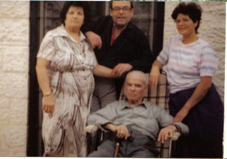 Maman , Raphy, Papa et Olga Cohen a Nevei Yaacov en 1986-87.jpg