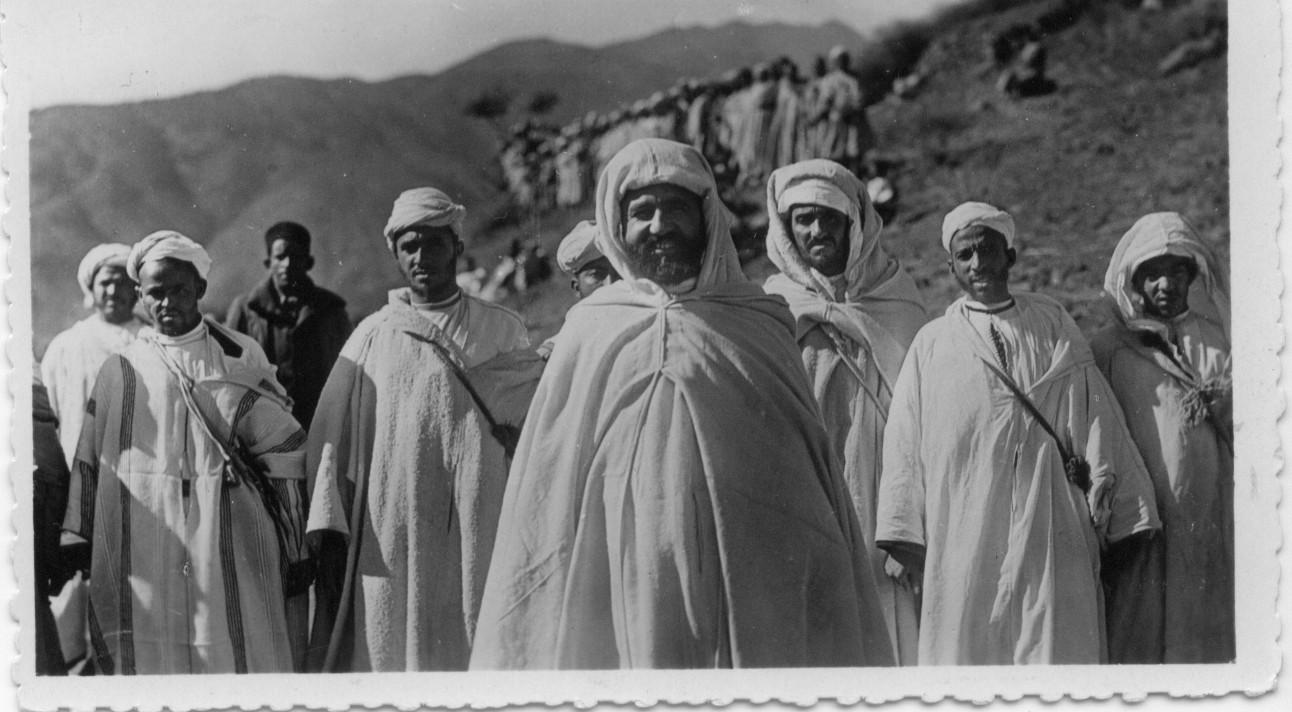 1937 un groupe de berberes avec mon pere.jpg