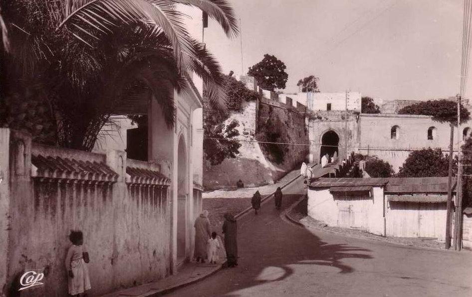 tanger la porte de la casbah 1954.jpg