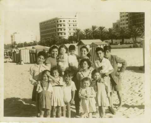 la familia en la playa.jpg