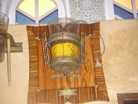 Synagogue Dar R\'bi,Verre , Ner Zikarone, du grand pere de Raphy, David Rouimy zal,de Rabat.JPG