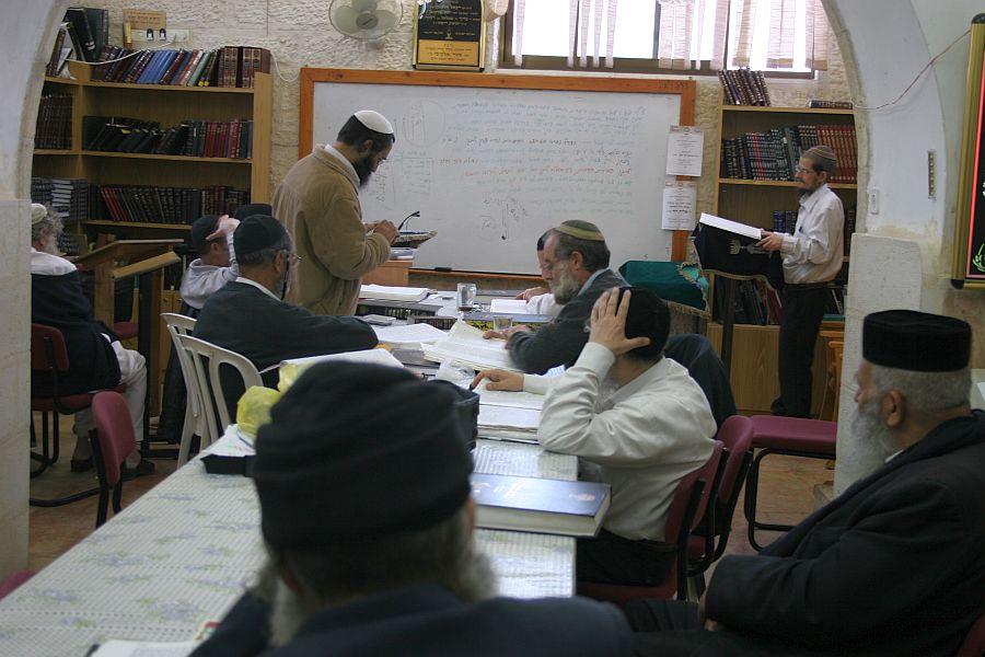 Yeshiva des Cabbalistes Beth El, en pleine etude.jpg