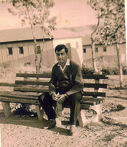 Famille Cohen , Judex a son arrivee en Israel , 1962-63 pres de sa demeure.jpg