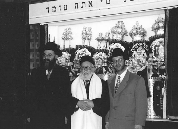 Le Grand Rabbin Monsonégo avec membres de la famille.jpg