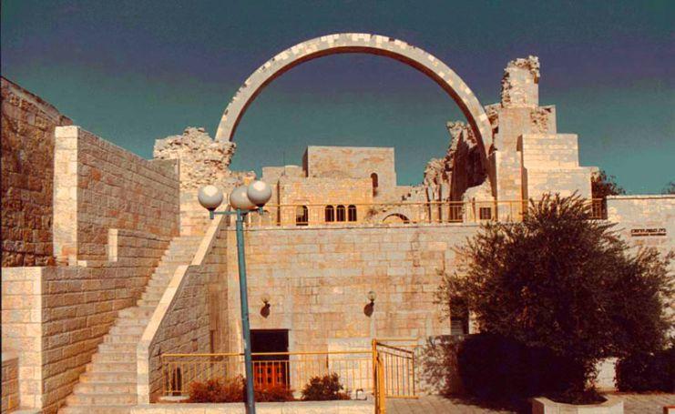Arche de la synagogue Ben Zakaye a la vieille ville de Jerusalem, quartier juif avec arbre dominant.jpg