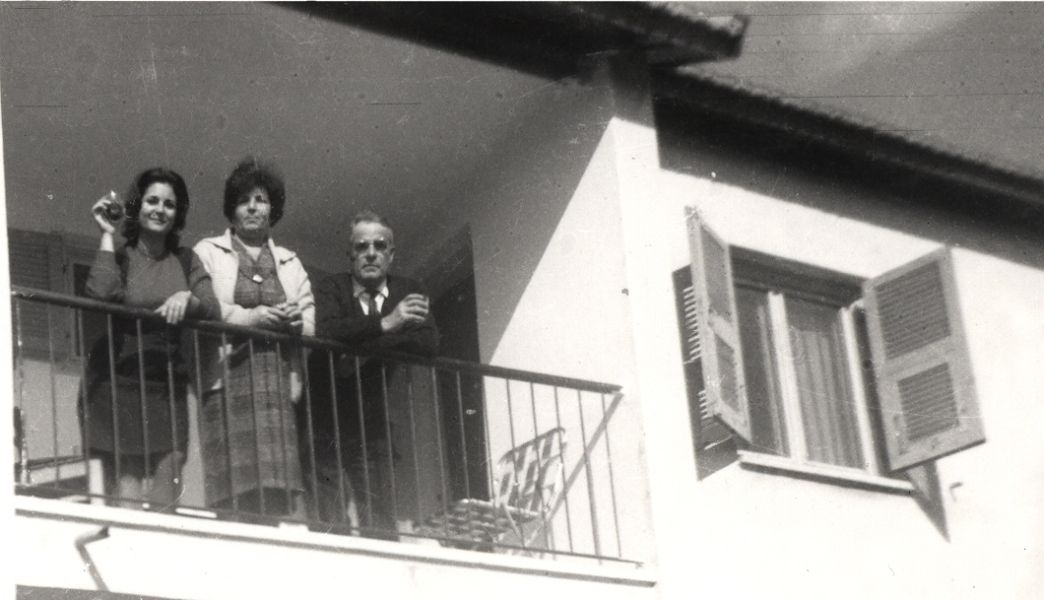 Perla , Rachel et Aaron Cohen a l\' oulpane ben Yehouda de Natanya , ete 1964.jpg
