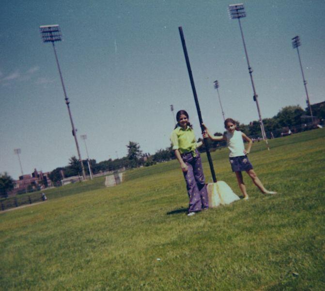 Cathy et Sima au parc Kent, ete 1974.jpg