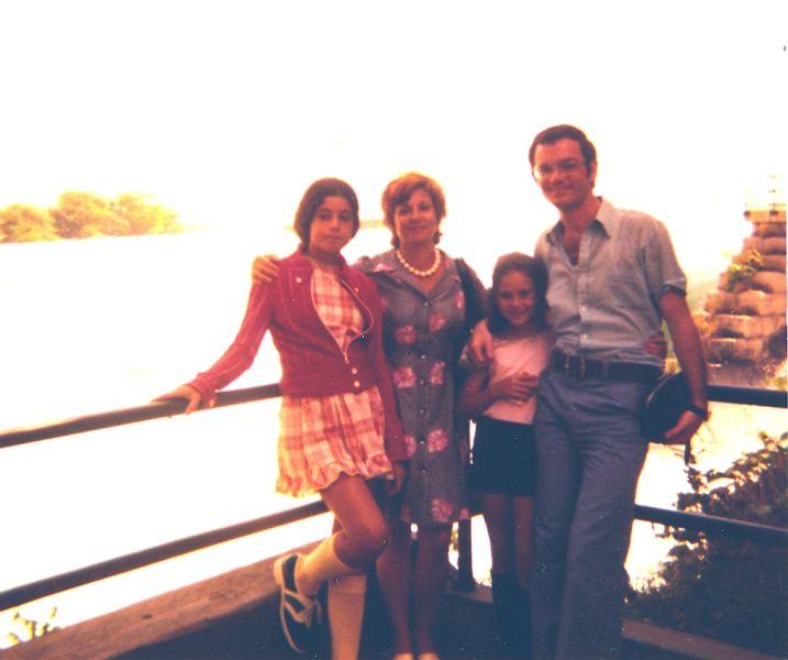 Cathy, Perla, Sima et Elie, Aout 1974.jpg