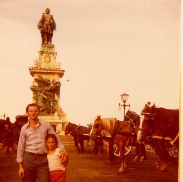 Elie et Sima a Qubec, statue Samuel de Champlin, 1974.jpg