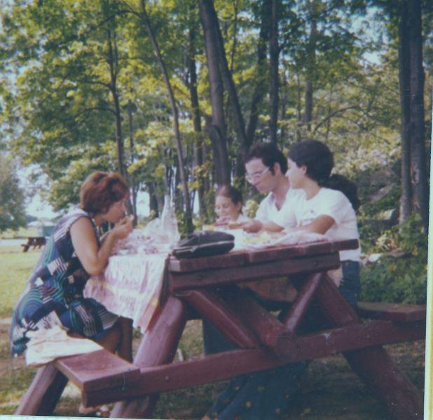 Perla, Sima, Elie et Cathy , pic-nic aux USA., Aout 1974.jpg