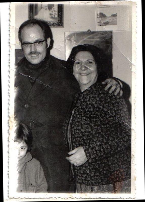 Raphael Cohen zal et sa tres  jeune  fille Annie en compagnie de Mme veuve Monsongo zal autour de 1969 a Paris.jpg