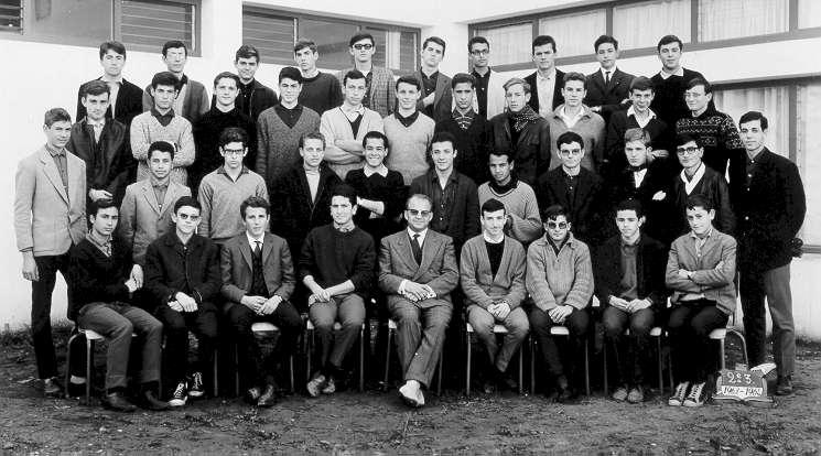 2_3 1963-64 Elie Cohen 4e  a gauche,1ere rangee debout a partir du bas et les potes Momy Benaroch, Henri Cohen, Benzimra , Bellehsen etc...jpg