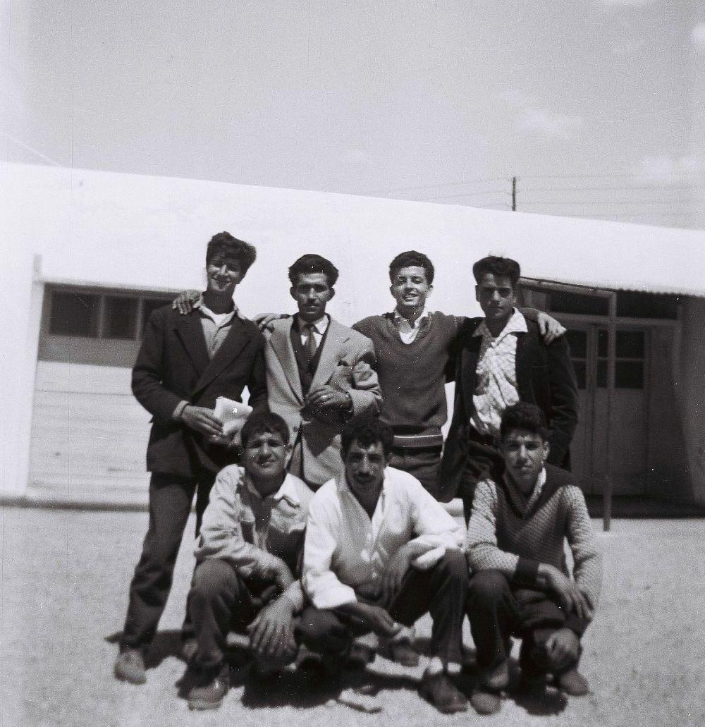 Jacques visitant ses amis de rabat faisant Alya  au camp d'Arrenas à Marseille en 1956.jpg