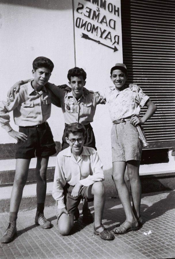 Jeunes EIM de Rabat , Raphael Aflalo et amis à côté de chez Raymond.jpg